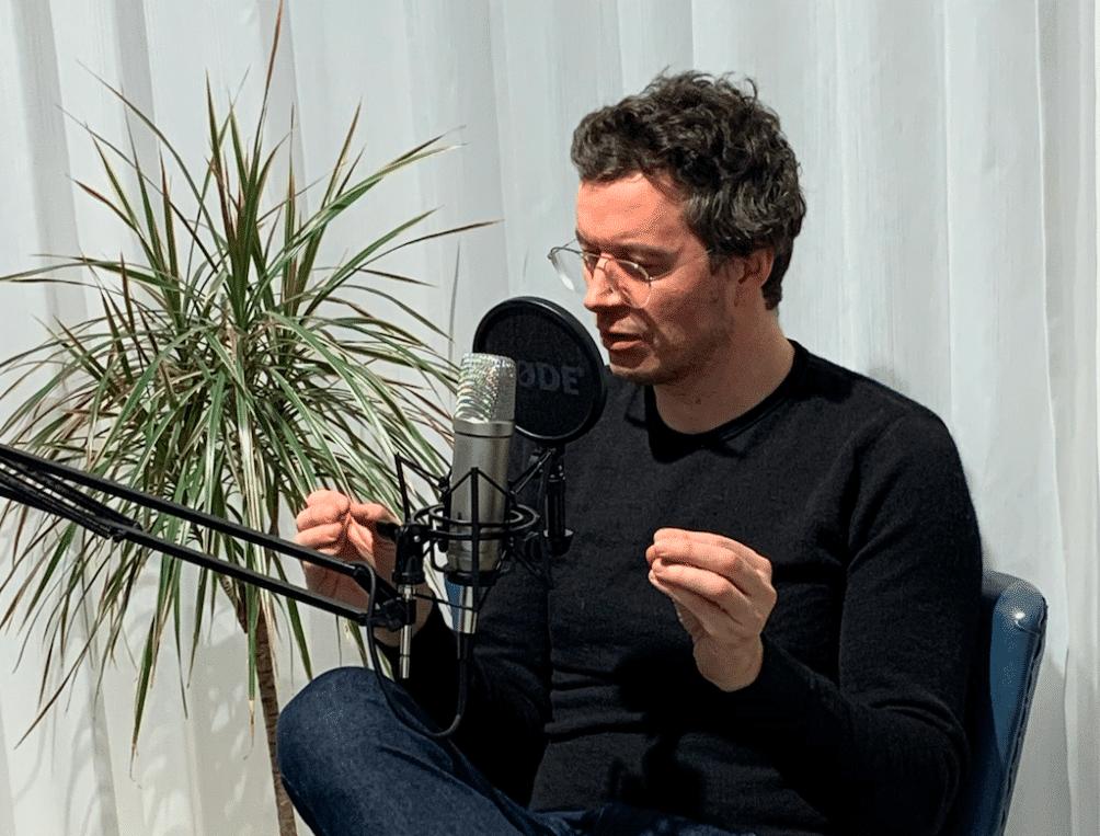 Professor Mattias Desmet in gesprek met Kurt Ostyn (Mex United)